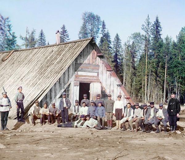 Австро-венгерские военнопленные у барака. Карелия, 1916 год.