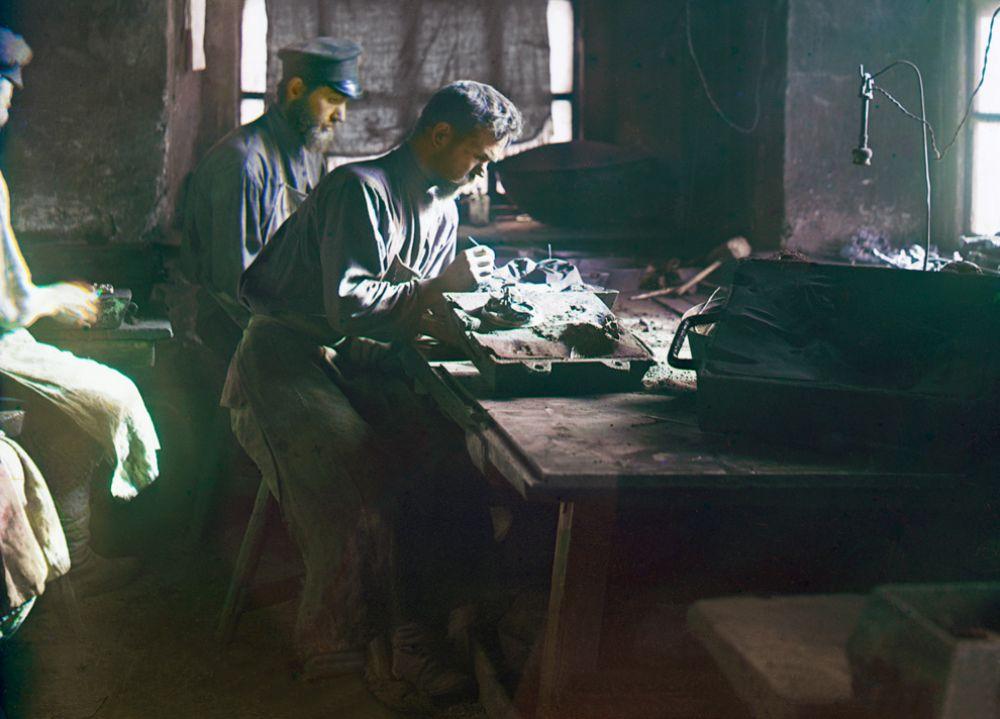 Рабочие на заводе в Касли, 1910 год.