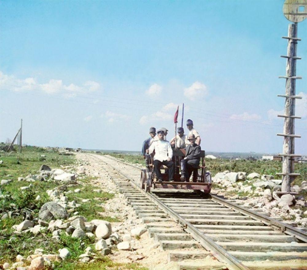 На дрезине недалеко от Петрозаводска на Мурманской железной дороге. 1916 год.