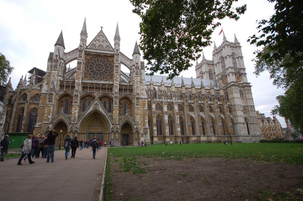 История Вестминстерского аббатства началась ещё в 1042 году, когда Эдуард Исповедник решил построить для себя королевскую церковь. Там же, согласно задумке, он и должен был быть впоследствии захоронен. Изначально здание было выполнено в норманнском стиле, а современный вид аббатство начало приобретать после перестройки, начатой Генрихом III в 1245 году.
