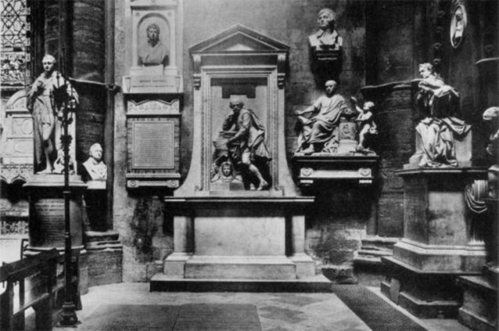 В Вестминстерском аббатстве также хранятся останки ряда британских монархов, а в южном трансепте расположен Уголок поэтов. Здесь захоронены Фрэнсис Бомонт, Чарльз Диккенс, Джон Драйден, Генри Ирвинг, Редьярд Киплинг и многие другие британские поэты и драматурги. Вместе с ними в Уголке поэтов возведены памятники Уильяму Блейку, Джейн Остин, сестрам Бронте и Джорджу Байрону.