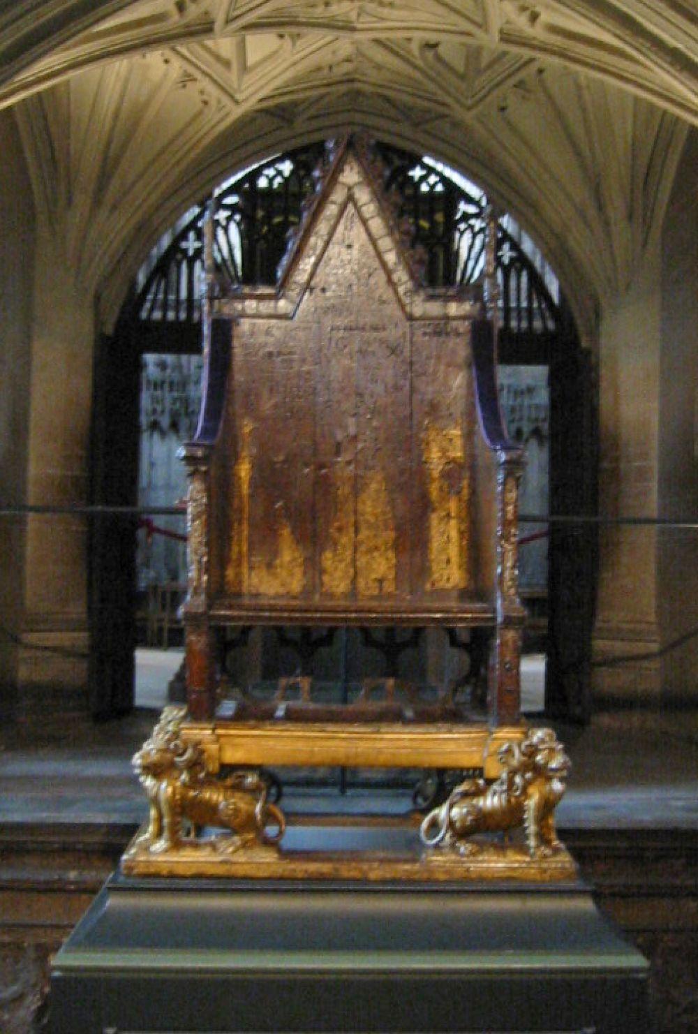 Например, в первозданном виде сохранилось деревянное кресло короля Эдуарда, также известное как кресло коронации. На нём Эдуард I восседал в 1296 году во время коронации. До сих пор его используют в рамках этой церемонии.