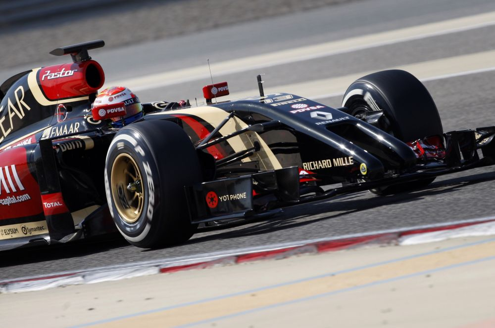 Многих удивил новый автомобиль команды Lotus – инженеры представили машину с раздвоенным носовым обтекателем.