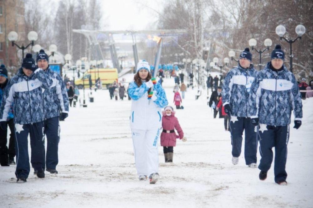 Она пронесла факел до перекрестка улиц Карла Маркса - Комсомольской, где передала эстфету следующему факелоносцу.