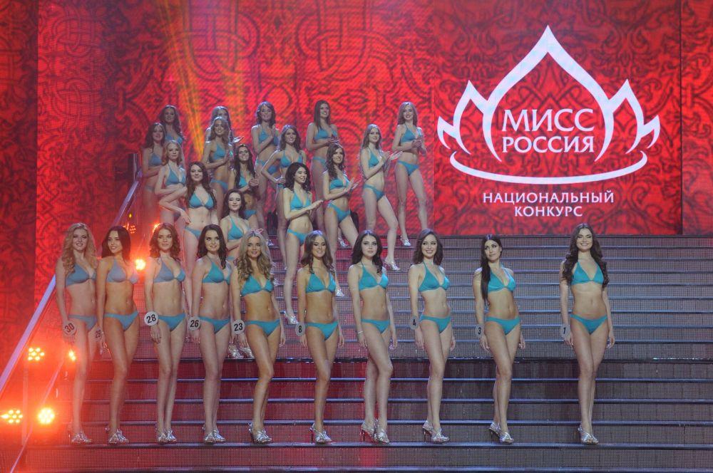 По итогам голосования во второй тур прошли 20 из них, а после дефиле в купальниках в конкурсе остались десять участниц.