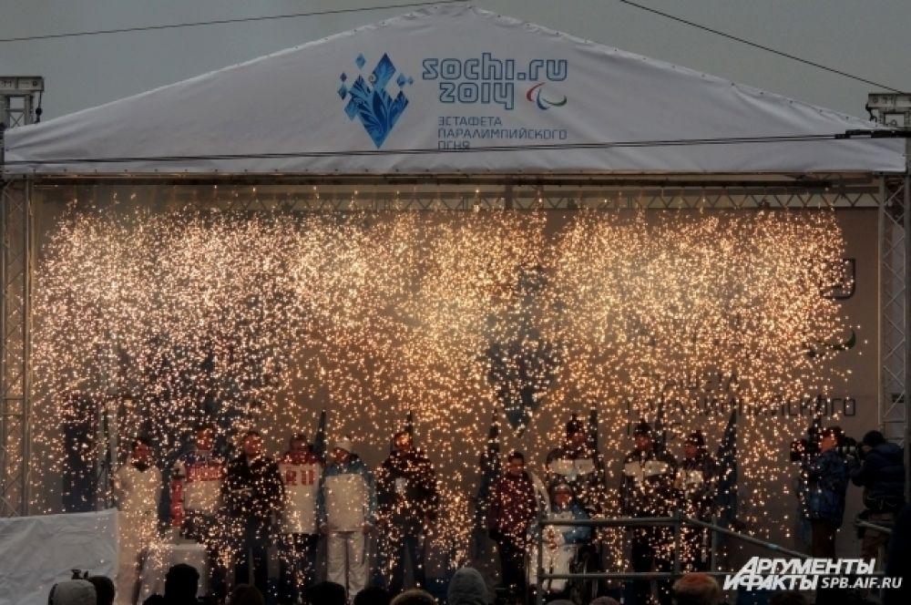 На сцене огонь рассыпался праздничным дождем