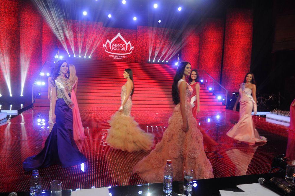 В финале девушки отвечали на подготовленные организаторами вопросы.