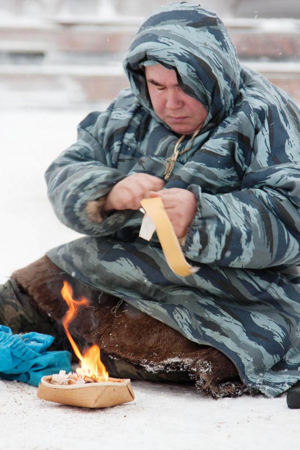 Огонь Паралимпиады добыли древним, традиционным способом коренных народов Севера. Для этого понадобился кожаный ремешок и несколько деревянных палочек.