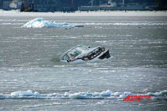 SUZUKI GIMNY небольшой джип, но слишком тяжёлый для весеннего льда.