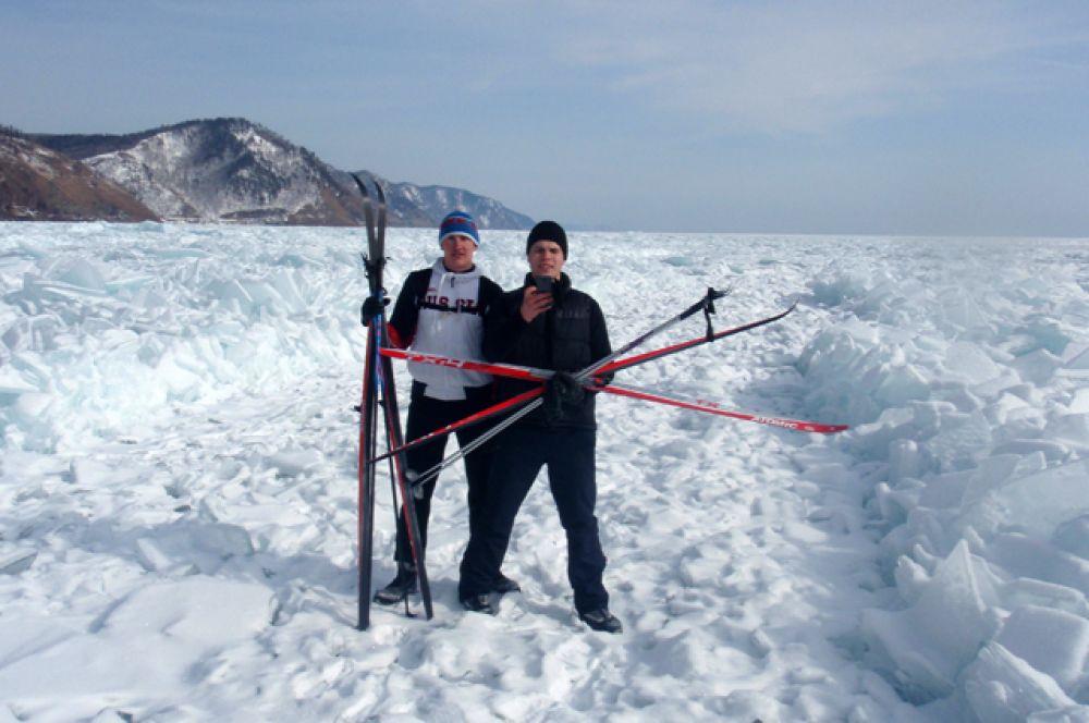 Чтобы начать путь по великому озеру, приешлось преодолеть нексколько десятков метров береговой линии, сплошь состоящей из ледовых торосов.