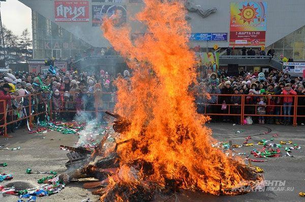 Чтобы весна скорей пришла, традиционносожгли чучело Масленицы.
