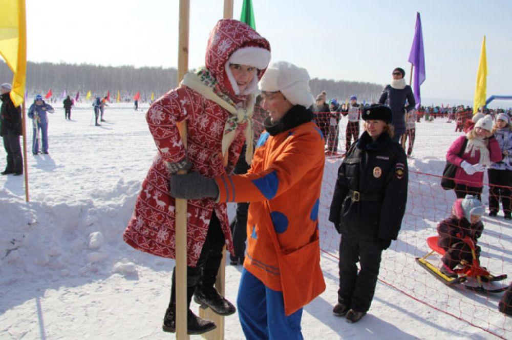 На лыжных соревнованиях можно было поучаствовать в других народных забавах.