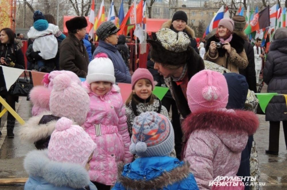 Развлечение на народных гуляньях нашлись даже для самых маленьких гостей.