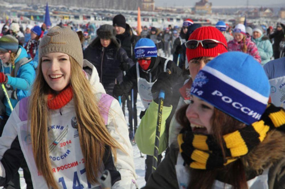 Улыбки не сходили с лиц участников лыжной гонки.
