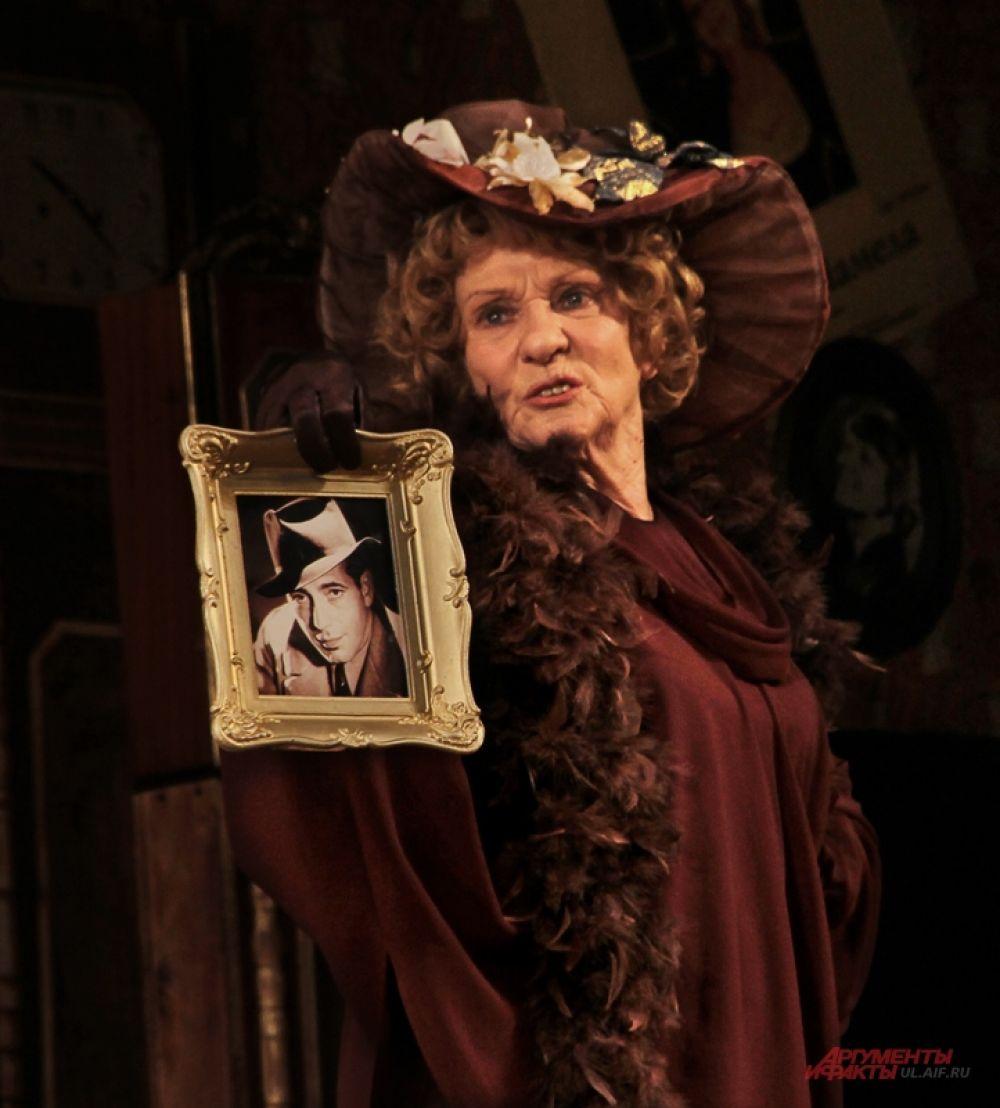 Хозяйка квартиры, бывшая актриса, до сих пор считает главной ценностью в доме фото своего несостоявшегося муженька.