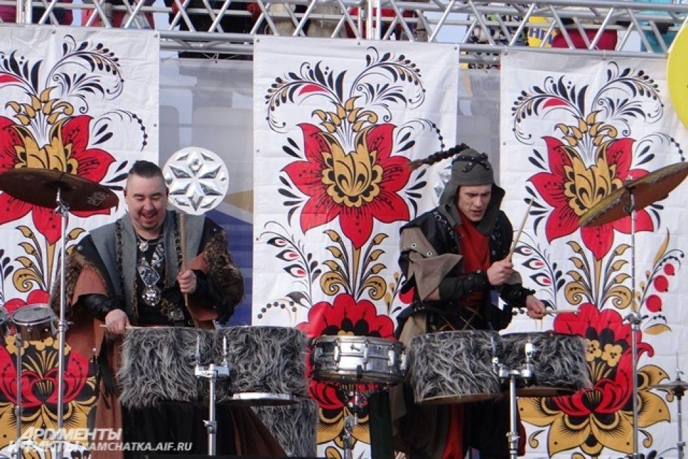 Открыли праздник знаменитые барабанщики.