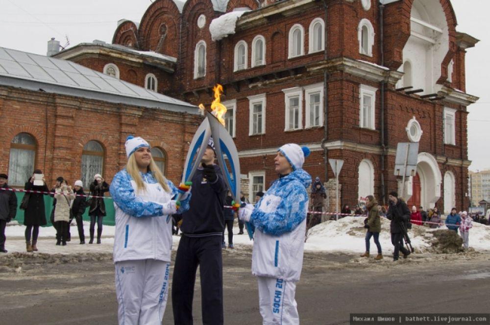 12 факелоносцев пронесли паралимпийский огонь в Архангельске.
