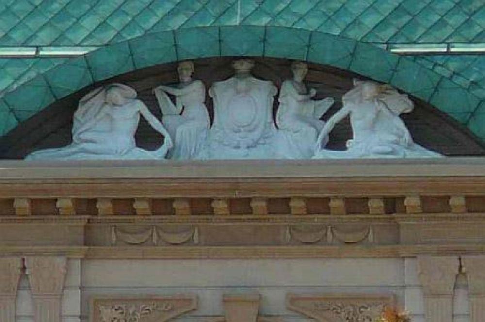 Под зеленой крышей Ахметова можно разглядеть скульптуры