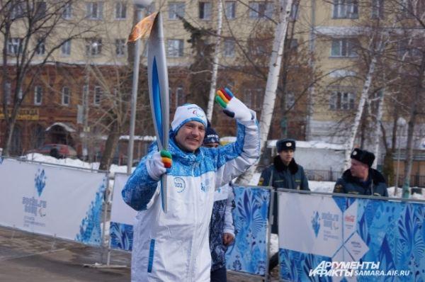 Чемпион Сурдолимпийских тгр по футболу 2013 года Сергей Доркичев стал первым факелоносцем