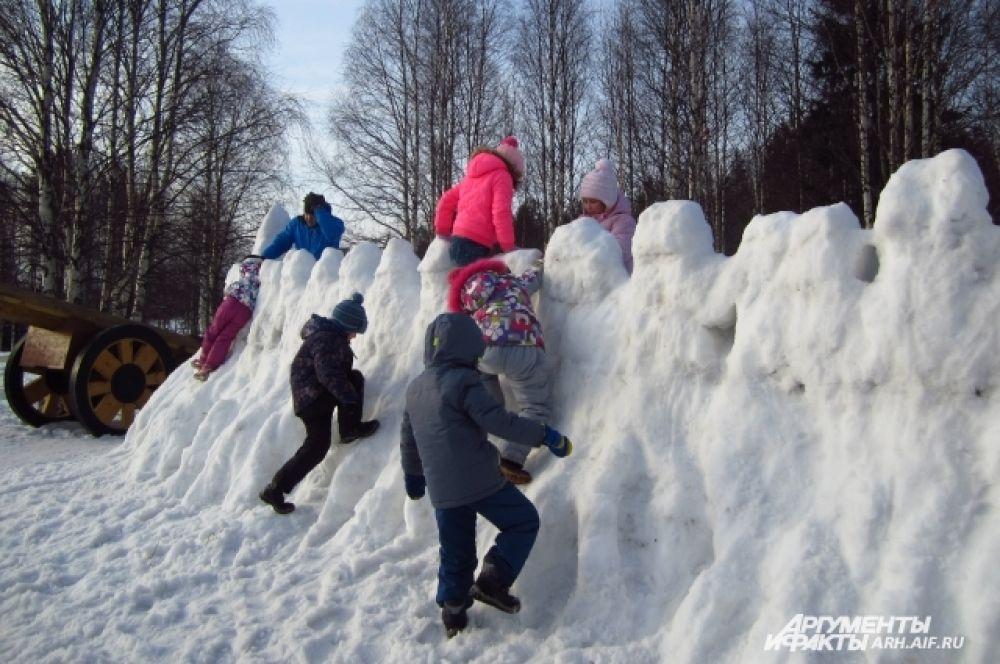 После взрослых крепость осадили дети.