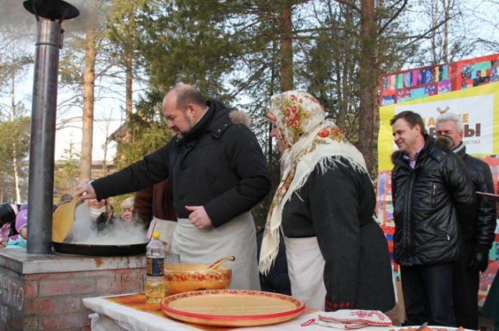 Губернатор Архангельской области Игорь Орлов испек большой масленичный блин.