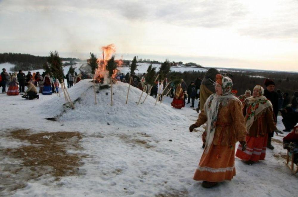 Костёр, в котором сожгли чучело Масленицы.