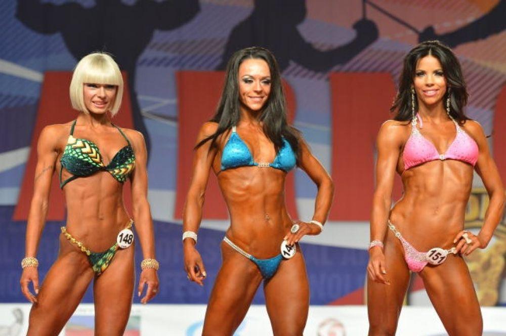 Ольга Вязметинова (крайняя слева) заняла шестое место в категории конкурса «Арнольд классик» фитнес-бикини до 69 кг