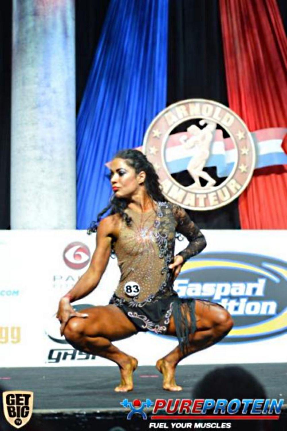 Оксана Оробец выполняет номер по фитнесу