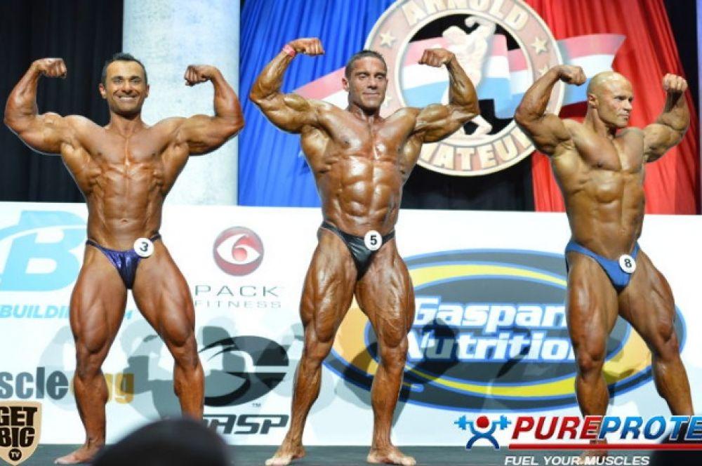 Валерий Коптенко (крайний справа) завоевал бронзовую медаль в категории мастера бодибилдинга старше 40 лет до 80 кг