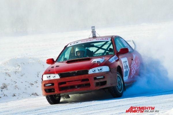 Больше всего зрителям нравится, когда машины заставляют взвиваться снежные сугробы.