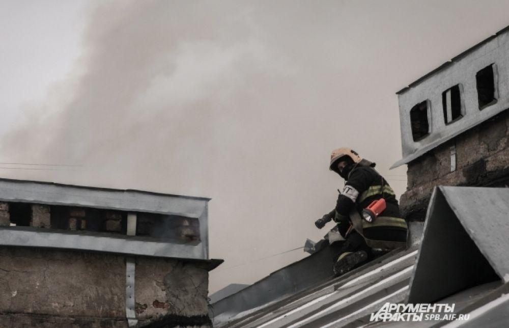 Руководство службы пожаротушения участвует в тушении сложных пожаров наравне с рядовыми пожарными.