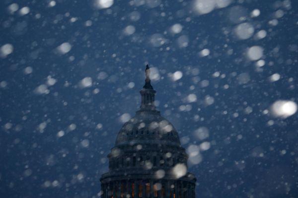 Снегопады начались в Вашингтоне утром 3 марта. Синоптики прогнозируют продолжение обильных осадков.