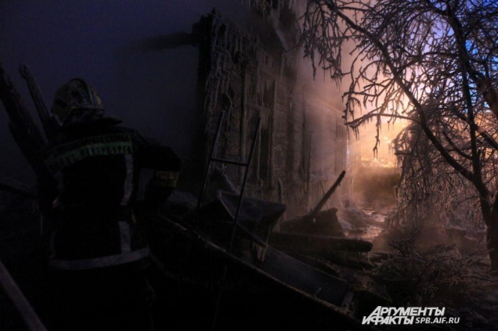 Пожар на Выборгском шоссе. Работа пожарных серьезно осложняется обледенением рукавов и техники.