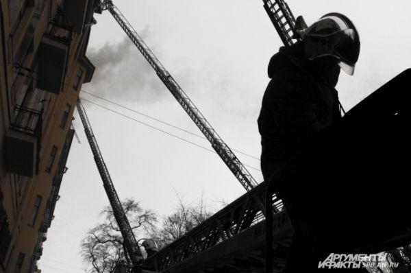 Пожар в многоквартирном доме на Васильевском острове тушат со стороны фасада.