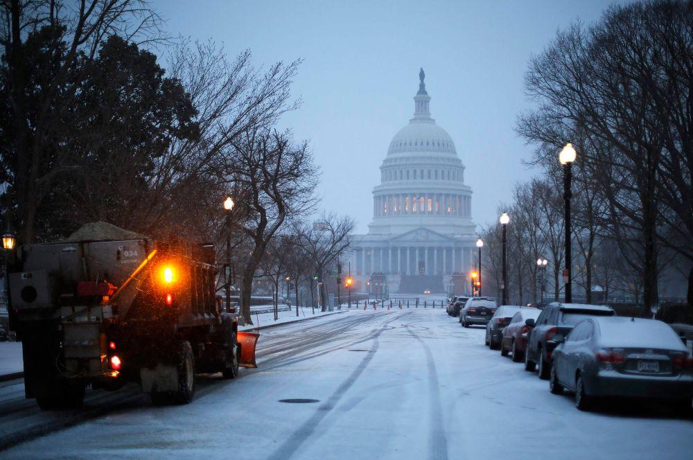 В результате снегопадов в Вашингтоне закрыты все правительственные учреждения, важные встречи перенесены на другие дни.