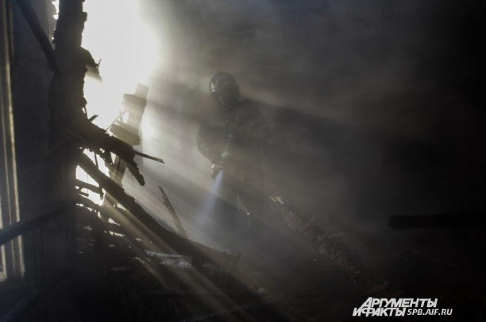 Пожар в полурасселенном многоквартирном доме на улице Шкапина.