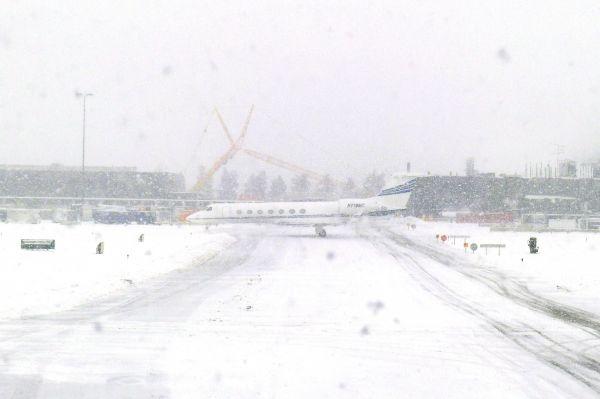 В связи с большим количеством снега отменены многие авиарейсы – взлётно-посадочные полосы признаны непригодными к эксплуатации.