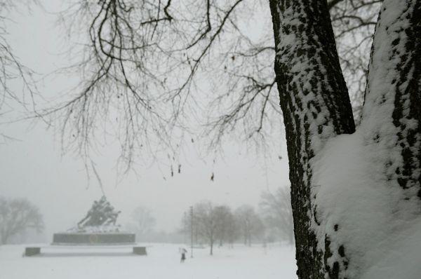 Метеорологи предупреждают об опасности выпадения от 15 до 25 сантиметров снега.