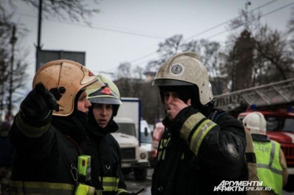 Прибывшие на место пожара руководители службы пожаротушения проводят разведку очага возгорания.