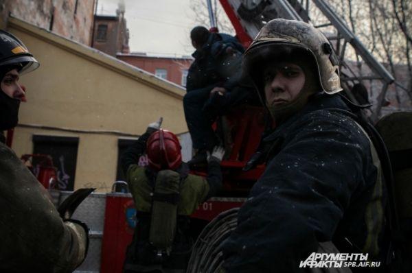 Для эвакуации пострадавших с верхних этажей и работы на кровле к месту пожара высылается автолестница.