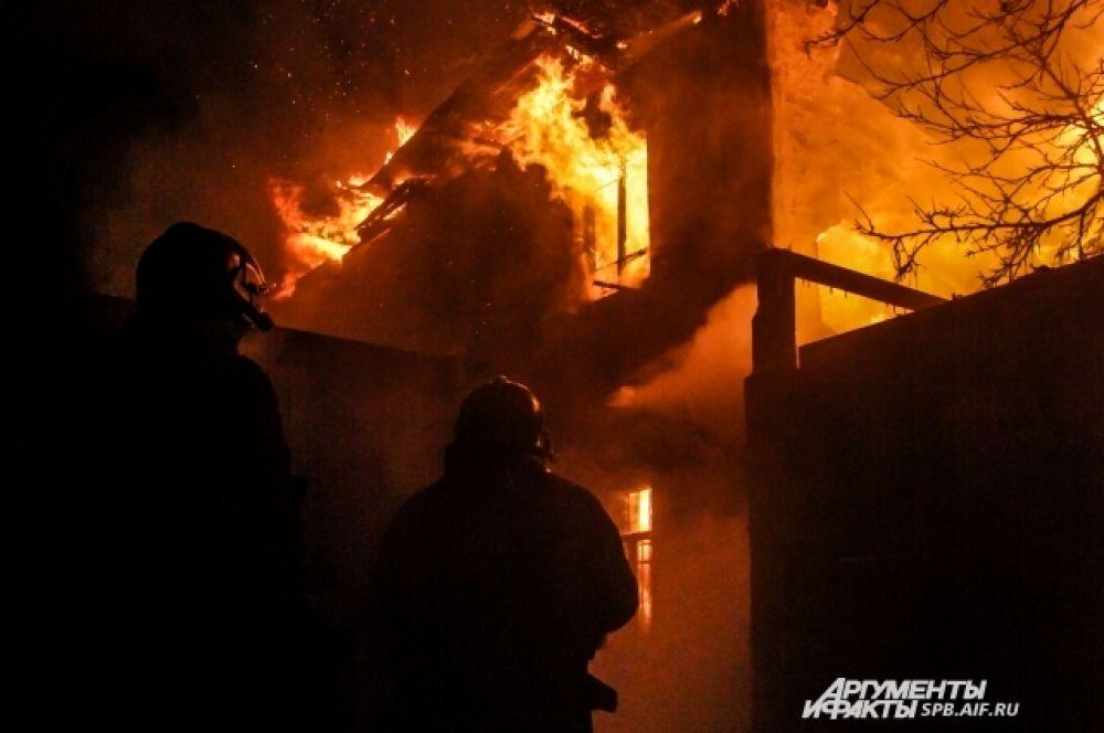 Эвакуированы 16 человек из горящего деревянного многоквартирного дома на Выборгском шоссе.