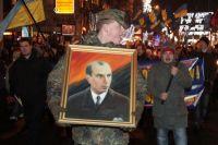Факельное шествие националистов по Крещатику в честь день рождения своего вождя. Смысл бандеровской символики - красная кровь и чёрная ложь?