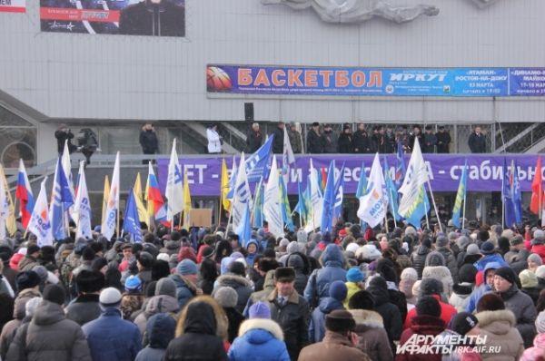 Всего в назнааченное время ко дворцу спорта пришло почти четыре тысячи иркутян.