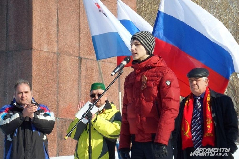 Юноша читает стихи в поддержку укранского народа.