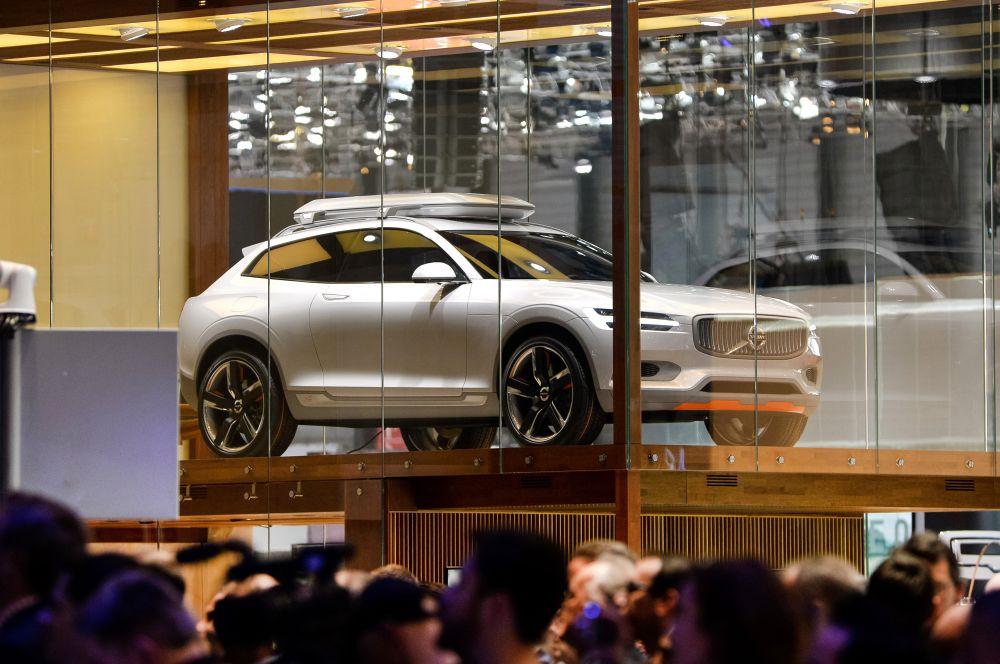Концепт Volvo XC Coupe – предтеча новому шведскому кроссоверу XC90. Volvo уже тестирует свою новинку, а пока компания готова показать только концепт, в котором продемонстрирован ряд дизайнерских решений XC90.