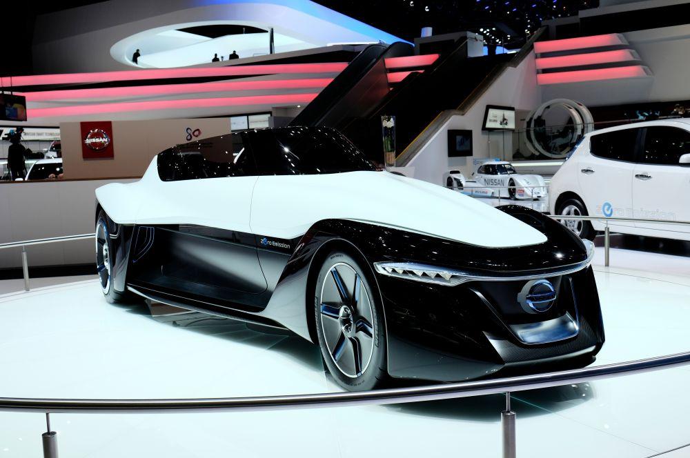 Экстравагантную новинку показал Nissan. BladeGlider представляет собой прототип трехместного спорткара с электродвигателем. Nissan планирует запустить машину в серийное производство в 2017 году.