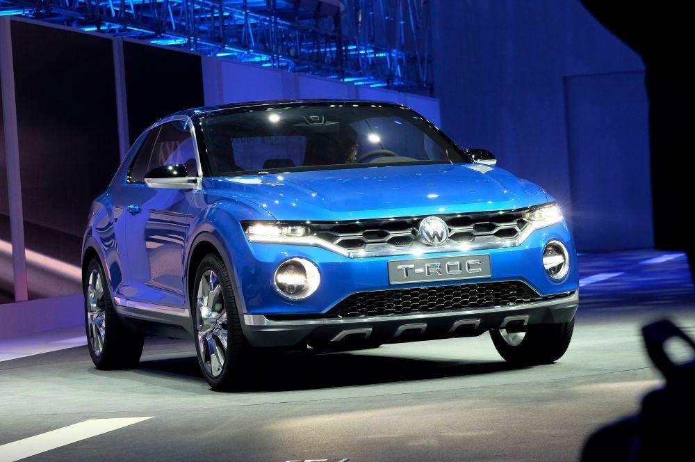 Volkswagen также показал кроссовер T-Roc – эта модель построена на базе автомобиля Golf. Производитель отмечает, что T-Roc обладает откидывающейся крышей и утверждает, что концепт сочетает в себе качества кроссовера и кабриолета.