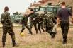 Украинские солдаты в ожидании начала переговоров с вооруженными людьми сыграли в футбол