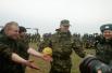 Украинские солдаты предлагают неизвестным караульным сыграть в футбол