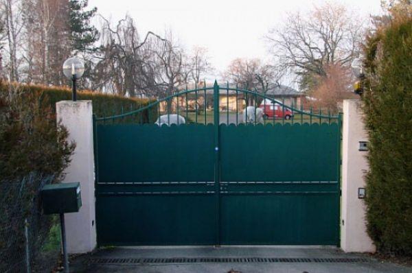 В Женеву Коломойский переехал вместе с семьей